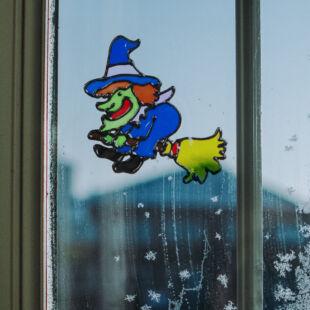 Halloween-i ablakdekor - színes boszorkány