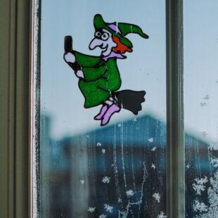 Halloween-i ablakdekor - színes csillámos boszorkány