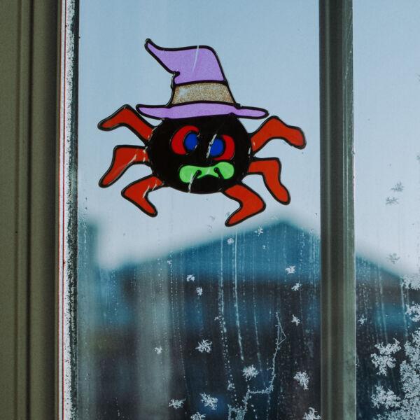 Halloween-i ablakdekor - színes, csillámos pók